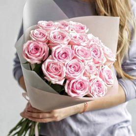 15 крупных розовых роз