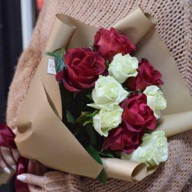 11 красно  - белых роз в оформлении