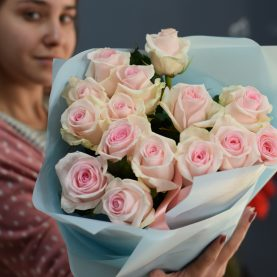 15 нежно - розовых роз