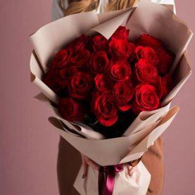 Большой букет из 21 красных роз в оформлении