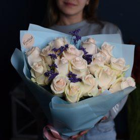 17 розовых роз с лимониумом