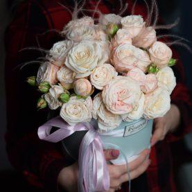Кустовые  пионовидные розы в шляпной коробке