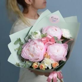 Букет с розовыми пышными пионами
