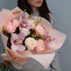 Букет из орхидеи и пионовидных роз