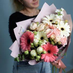 Весенний букет с герберами и кустовой розой