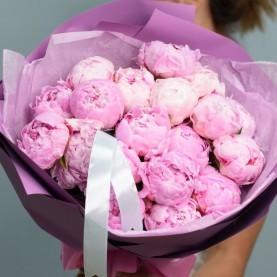 19 розовых пионов в оформлении