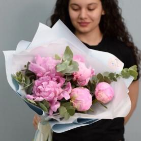 5 розовых пионов с эвкалиптом
