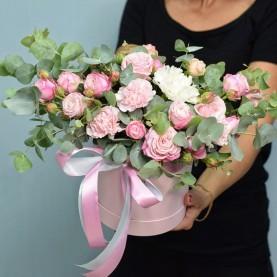 Объёмная композиция с розами и эвкалиптом