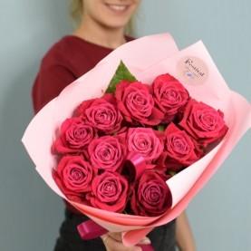 11 малиновых роз в оформлении