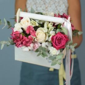 Кашпо с яркими розами и хлопком