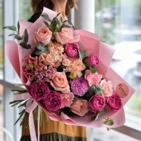 Букет с яркими пионовидными розами