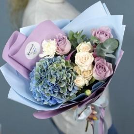 Букет с гортензией и сиреневыми розами