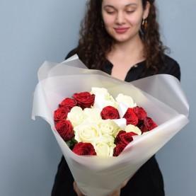 Букет из 21 красных и белых роз