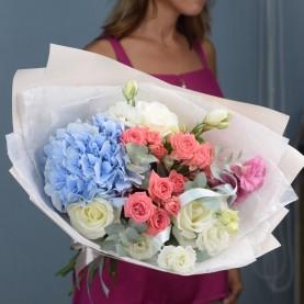 Букет с голубой гортензией и розами